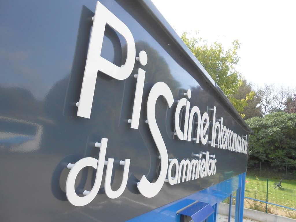Le Dibond pour la réalisation de lettres découpées en relief pour enseigne extérieure à Nancy 54 près Saint-Max