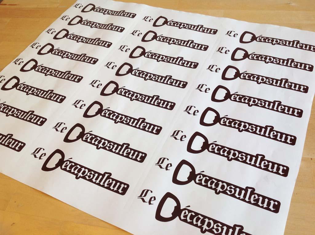 Logos sous forme de stickers en vinyle adhésif découpé marron pour coller sur des coffrets en bois à Nancy !