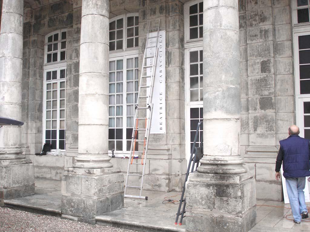 Mise en place d'une bâche imprimée quadri grand format en impression numérique au Château de Haroué près de Epinal