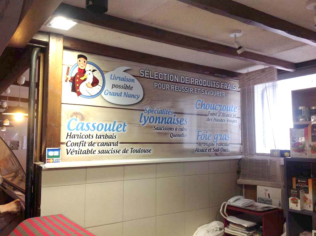 Pose d'un panneau de signalétique en Dibond pour les Saveurs Périgourdines au Marché d'Haussonville à Nancy près de Laxou