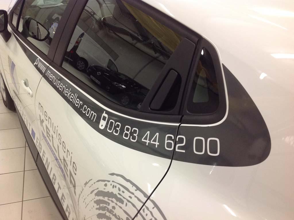 Création, découpe et pose de lettrage et de décors adhésifs sur une voiture professionnelle sur les 4 côté du véhicule en Lorraine 54