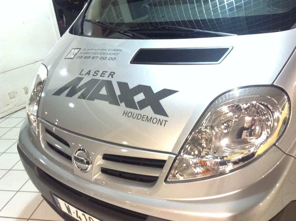 Textes et logos en vinyle adhésif découpé teinté masse gris anthracite sur véhicule commercial à Houdemont