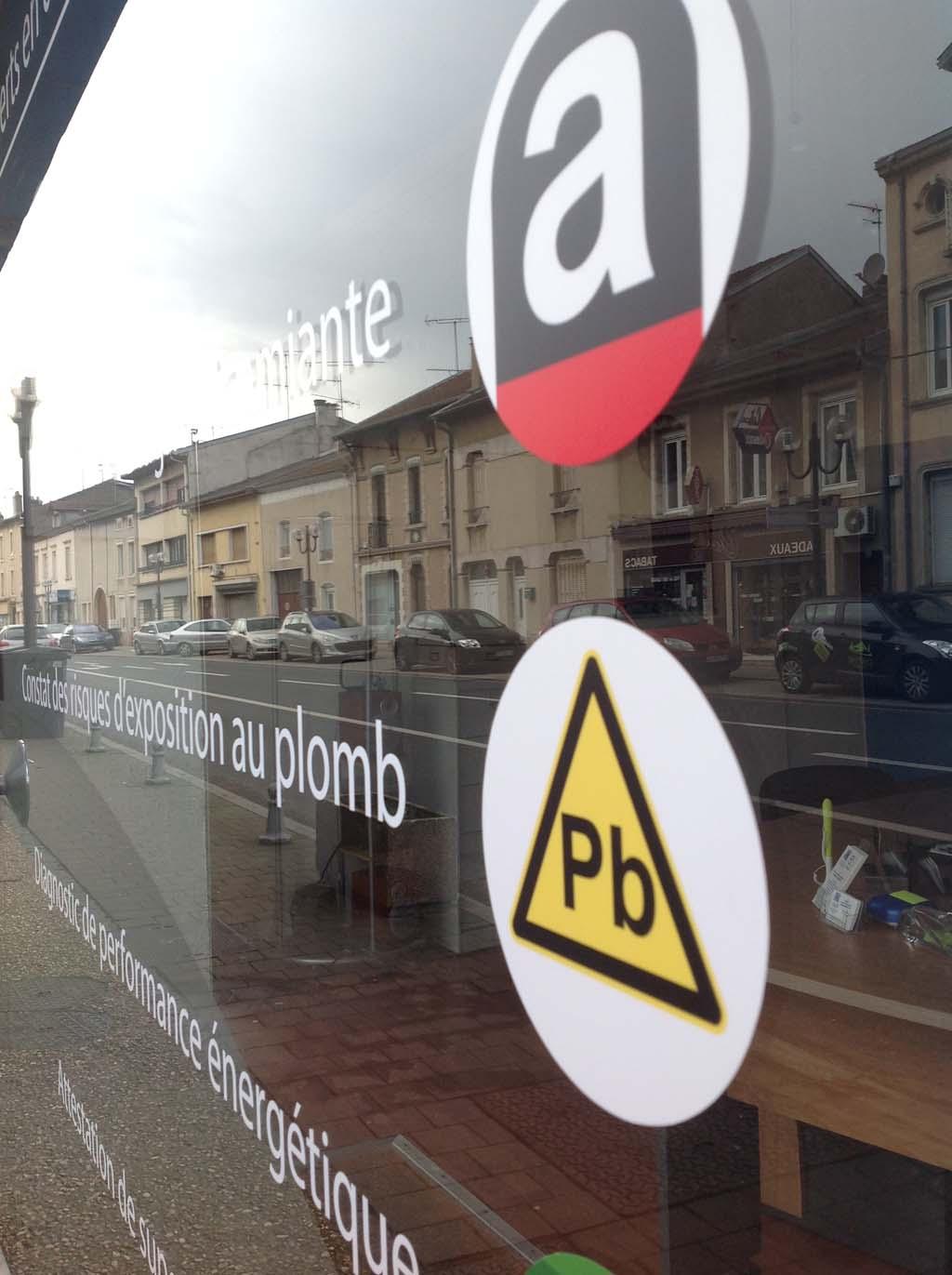 Impression numérique d'adhésifs pour décoration et marquage de vitrines publicitaires à Nancy près de Maxéville en Lorraine