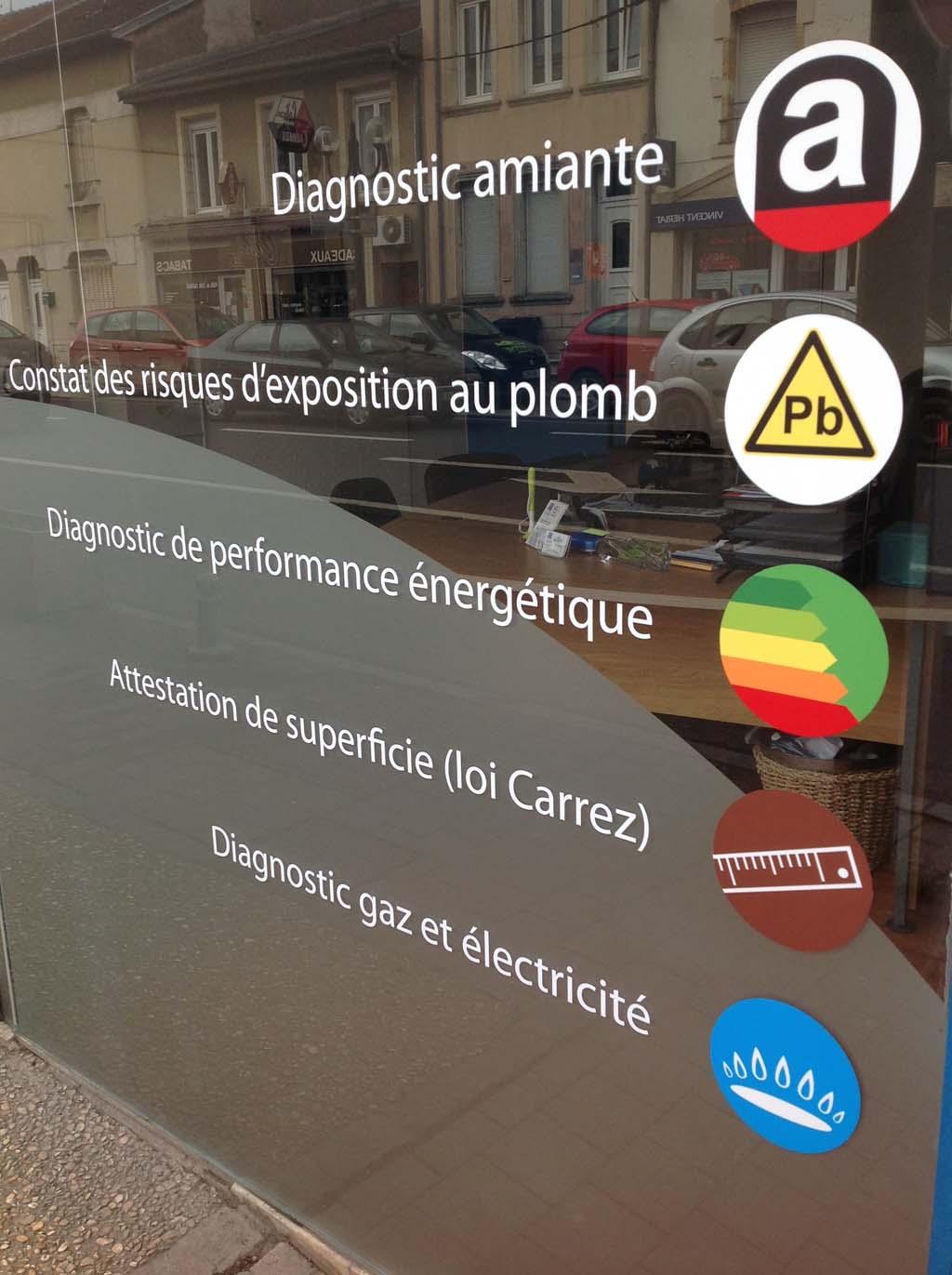 Pose d'adhésifs imprimés quadri pour décoration de vitrines commerciales, de restaurants, de boutiques à Nancy en Meurthe et Moselle