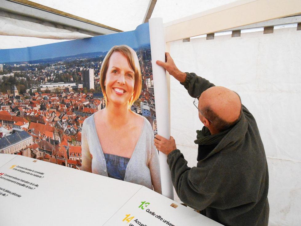 Pose d'une banderole grand format en bâche PVC imprimée quadri haute définition pour stand à Metz près de Nancy 54