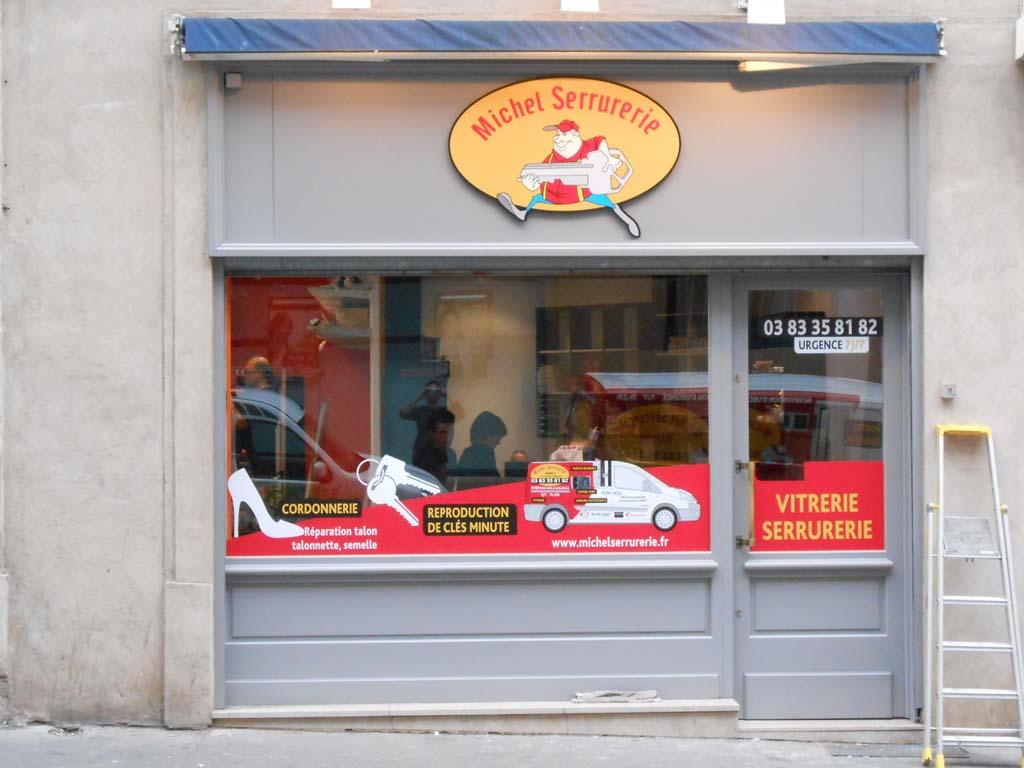 Pose d'un logo enseigne Dibond en relief avec visuel en vinyle imprimé quadri + plastification anti UV mate pour commerçants à Nancy !