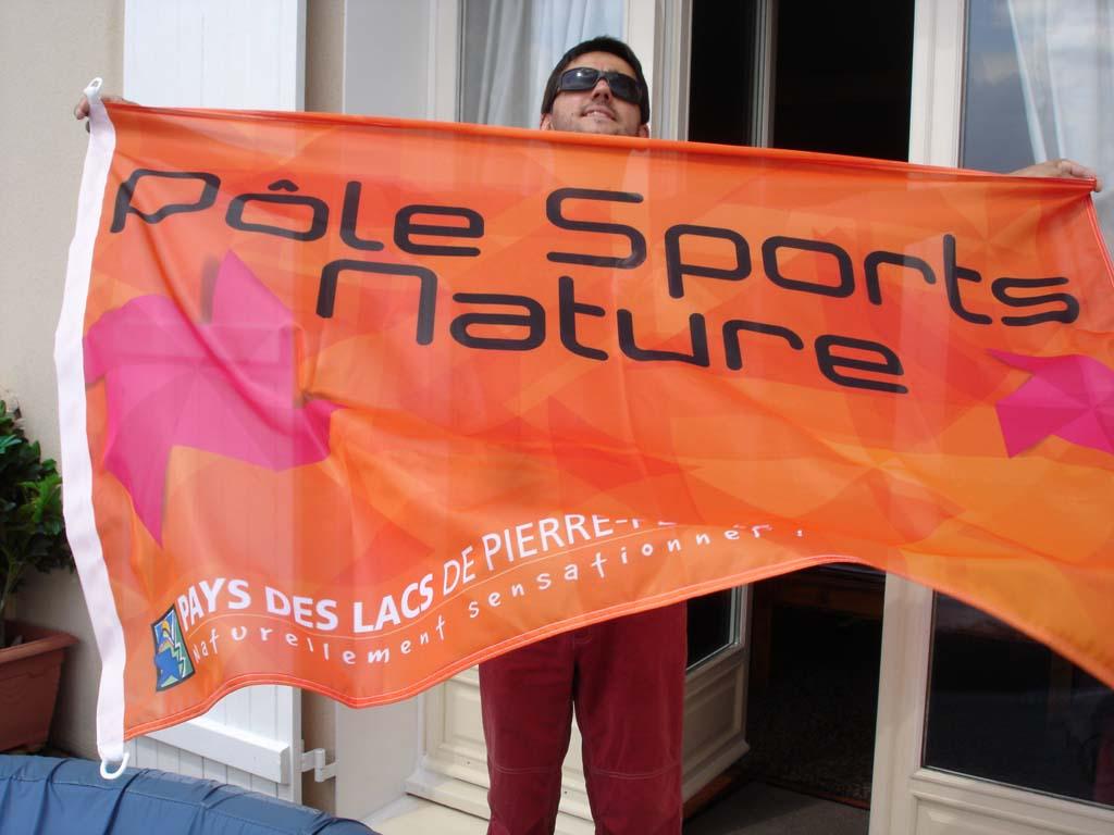 Drapeau pavillon en tissu impression visuel sur recto quadri Jet Flag maille bloquée polyester 110 gr / m2 pour le Pôle Sport et Nature basé à Pierre Percée