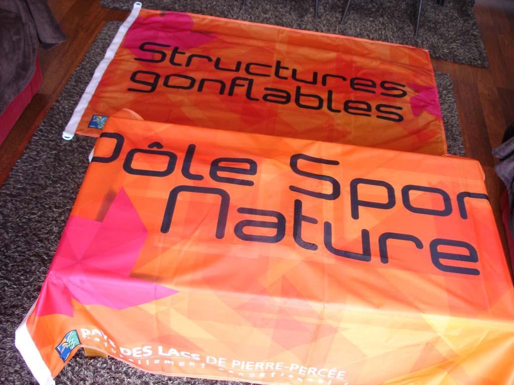 Drapeau Jet Flag réalisé sur mesure en tissu imprimé quadri pour le Pôle Sport et Nature au Lac de Pierre Percée en Meurthe et Moselle près de Saint Dié