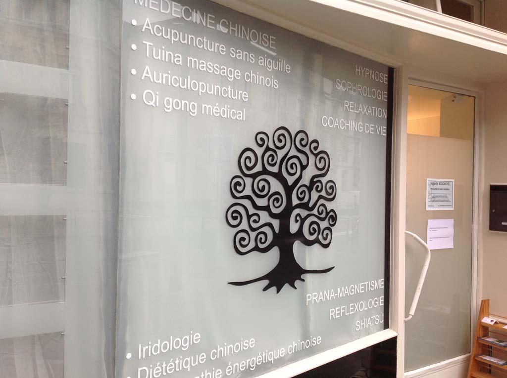Déco et marquage en vinyle adhésif découpé de la vitrine du cabinet médical de santé BOSHETTI à Nancy !