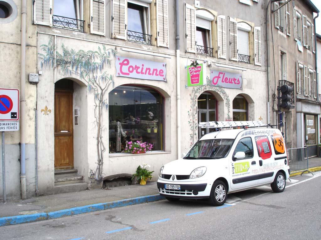 Pose de caissons lumineux type drapeau en façade de commerces comme les fleuristes, boucheries, boulangeries, pizzeria, restaurant, commerces, boutiques...