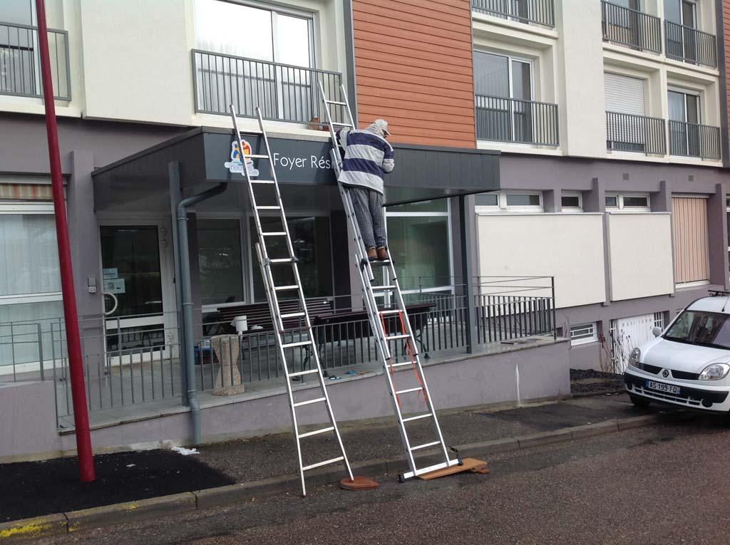 Panneau signalétique extérieure posé sur bardage métallique à Neuves-Maisons 54230 près de Nancy et Saint-Max