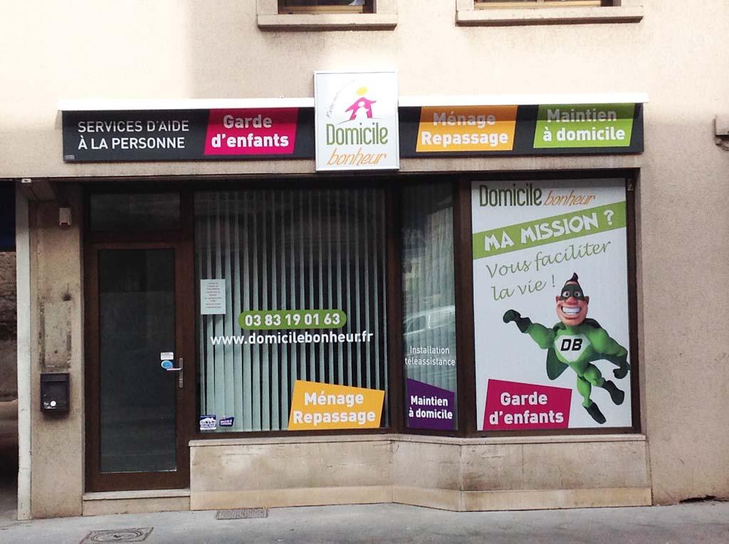 Pose de caissons lumineux sur façades pour Domicile Bonheur à Nancy centre
