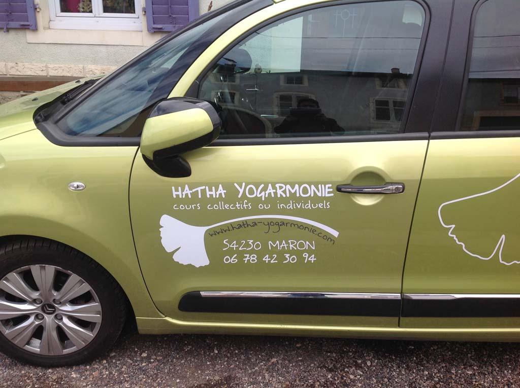 Décoration du véhicule professionnel en adhésif découpé teinté masse pour Hatha Yogarmonie à Maron 54230