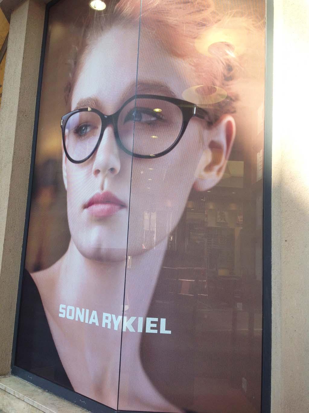 Décoration de vitrine promotionnelle en vinyle adhésif micro-perforé imprimé quadri chez l'opticien Maurice Frère à Nancy en Lorraine
