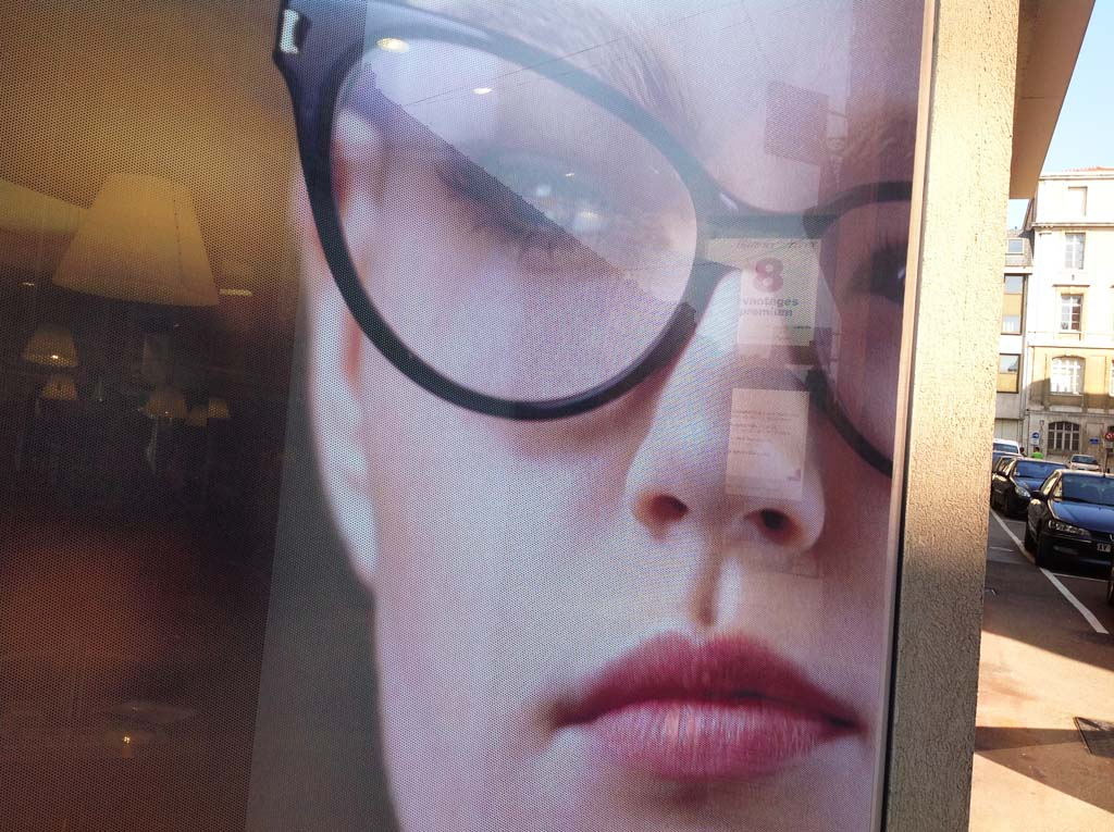 Pose de décors adhésifs sur vitrines de commerces à Nancy