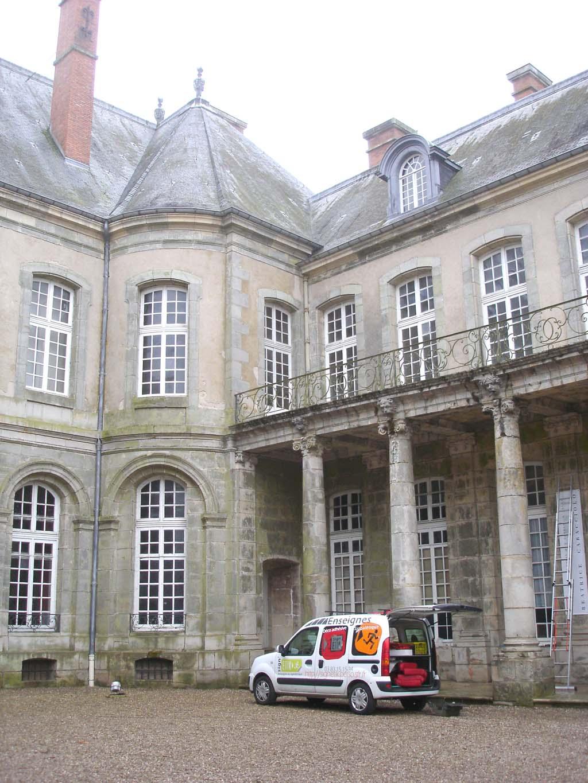 Installation d'une bâche grand format avec oeillets de fixation sur une façade du Château de Haroué près de Nancy !