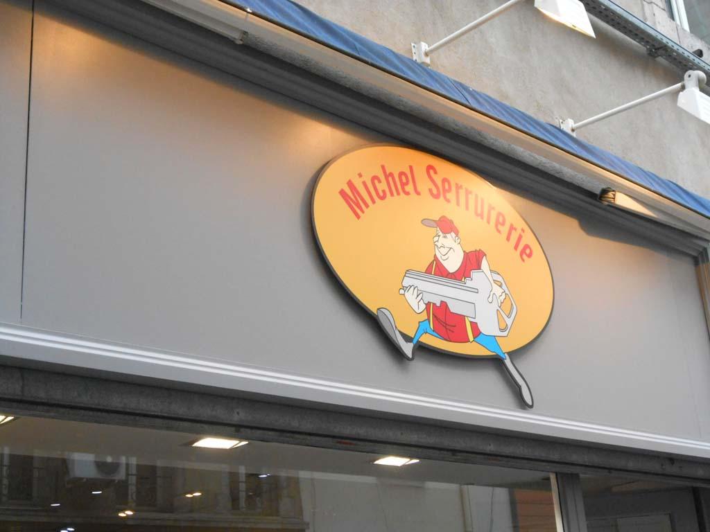 Logo enseigne en Dibond 3 MM avec visuel en vinyle impression numérique quadri haute définition. Pose en relief avec entretoises sur Nancy centre en Lorraine !