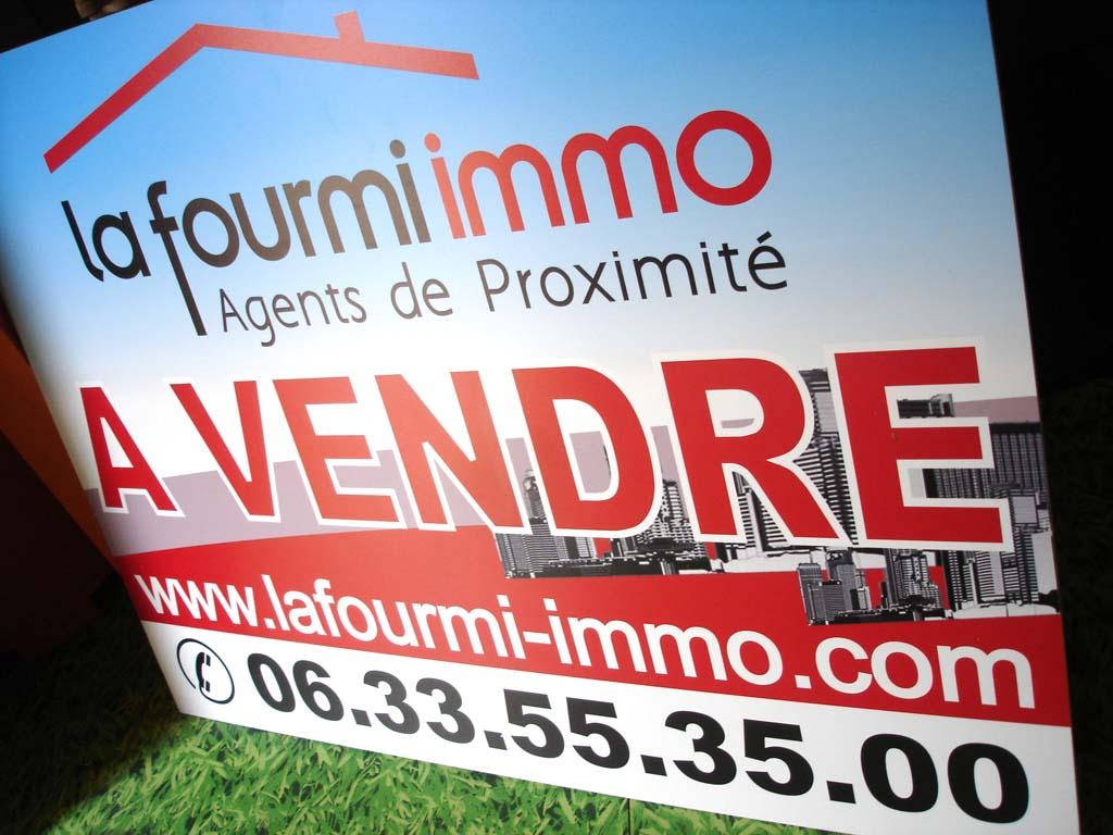 Panneau affichage à vendre en PVC 10 MM avec impression quadri 720 dpi + plastification anti UV pour l'agence immobilière La Fourmi basée à Nancy !