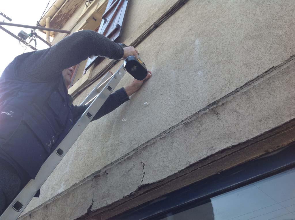 Pose des entretoises où seront fixées les lettres en relief pour Salines Optic à Dombasles
