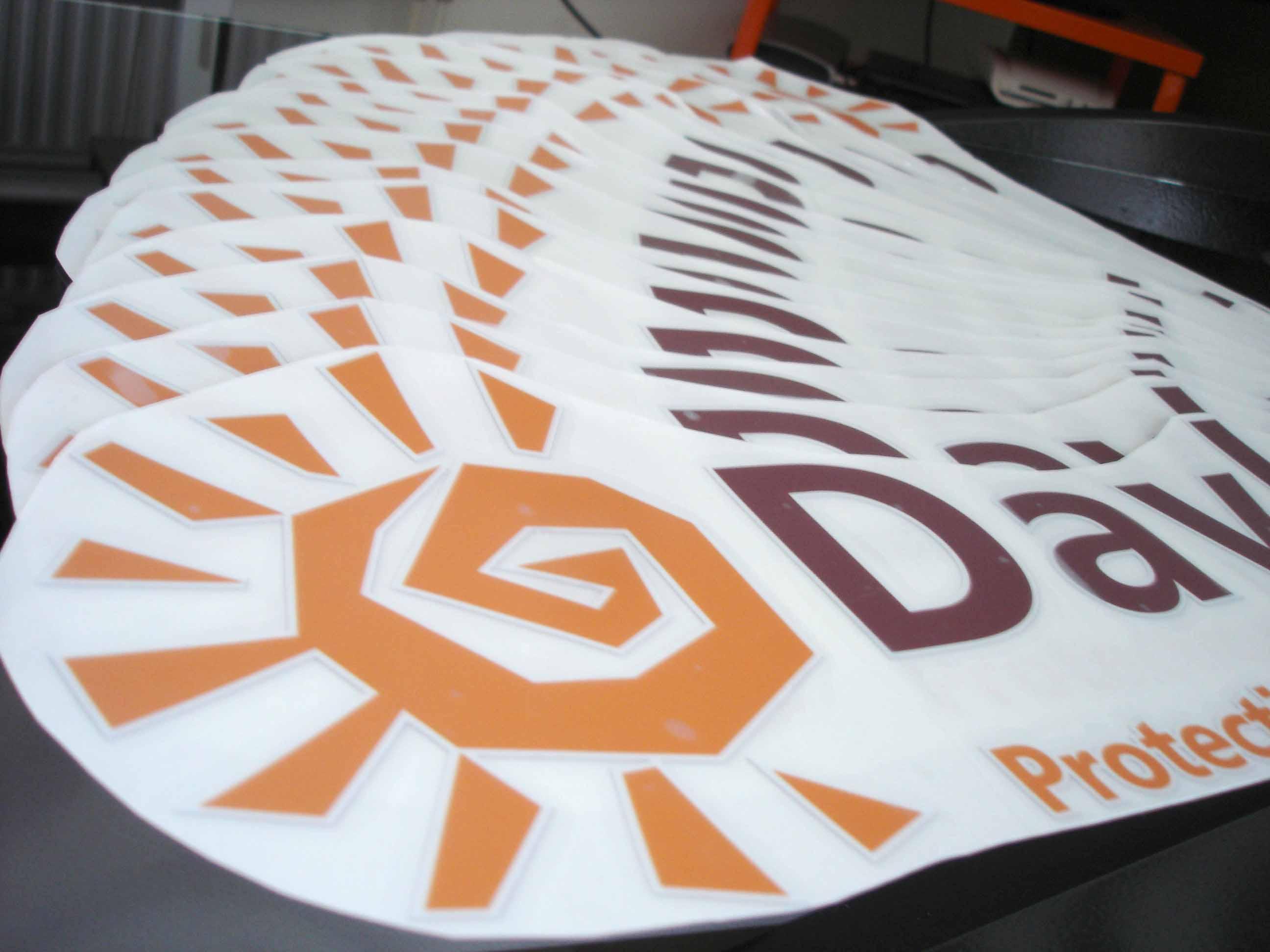 Impression stickers logos quadri en petite quantité fournis avec transferts de pose pour marquage publicitaire véhicule société à Nancy