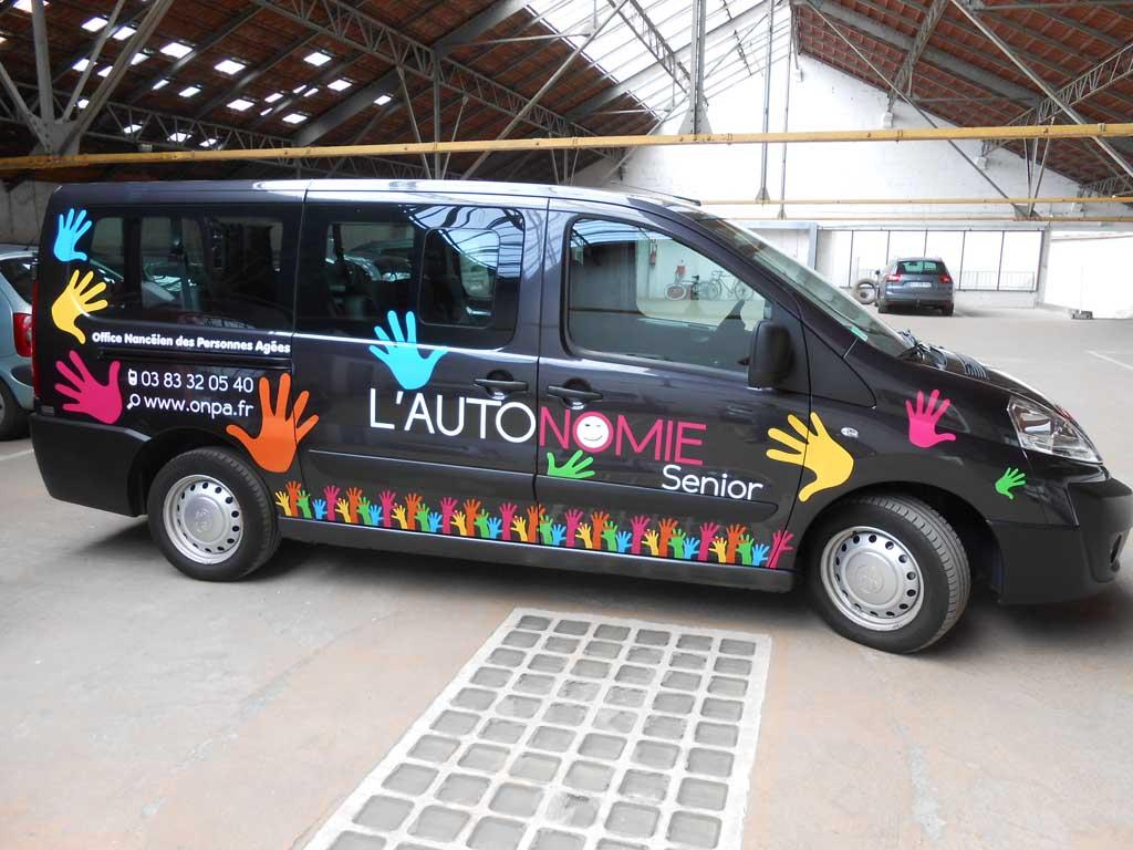 Décoration avec des adhésifs découpés de couleur sur un véhicule de transport de personnes âgées pour l'ONPA de la Ville de Nancy
