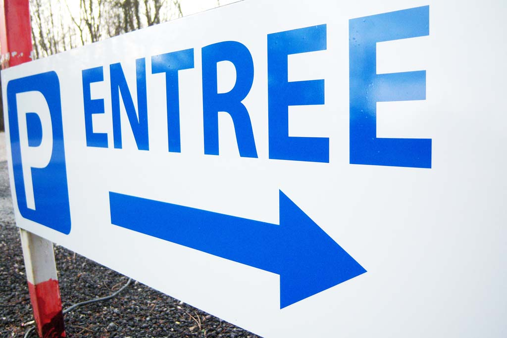 Panneau directionnel signalisation parking pour le restaurant Le Crocodile à Maron 54230 près de Neuves Maisons !