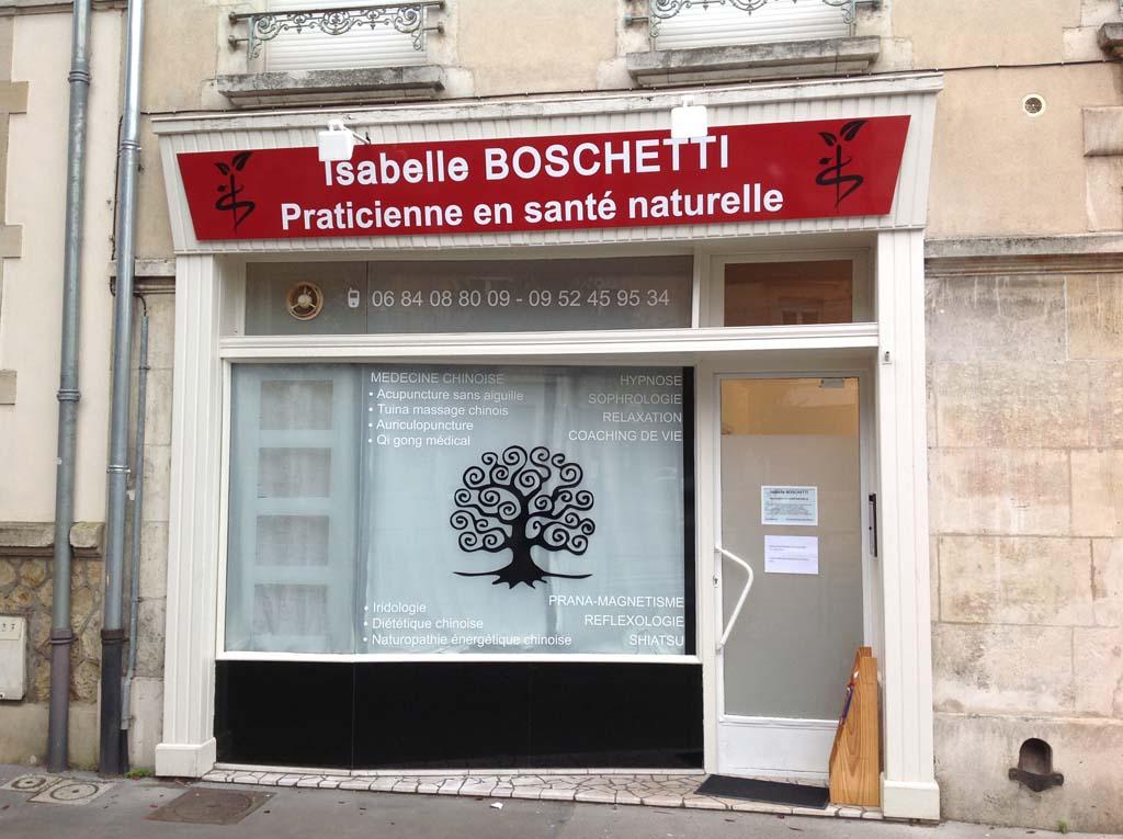 Enseigne de façade montée en relief avec entretoises et éclairée par spots leds 10 W pour le cabinet médical BOSCHETTI basé à Nancy