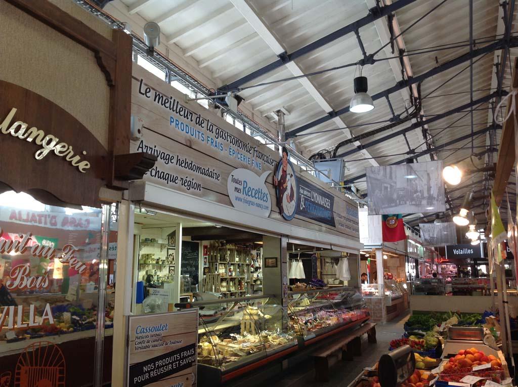 Rhabillage façade avec panneau enseigne en Dibond marché de Nancy 54