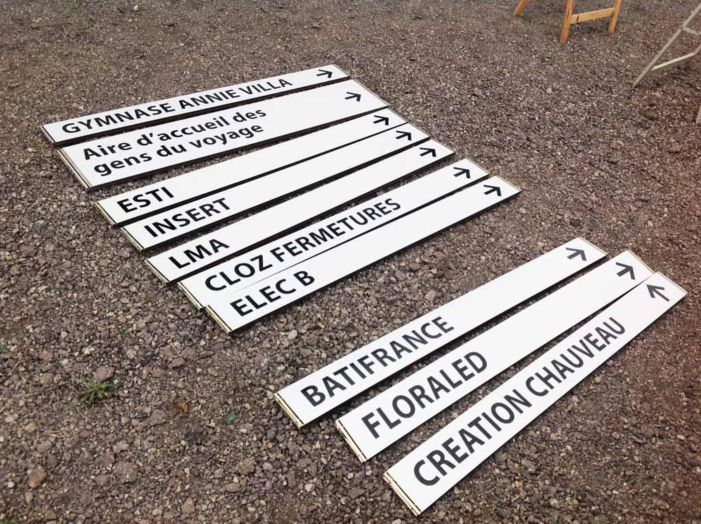 Panneaux de direction horizontaux avec fléchage pour signalisation urbaine en Meurthe et Moselle près de Nancy