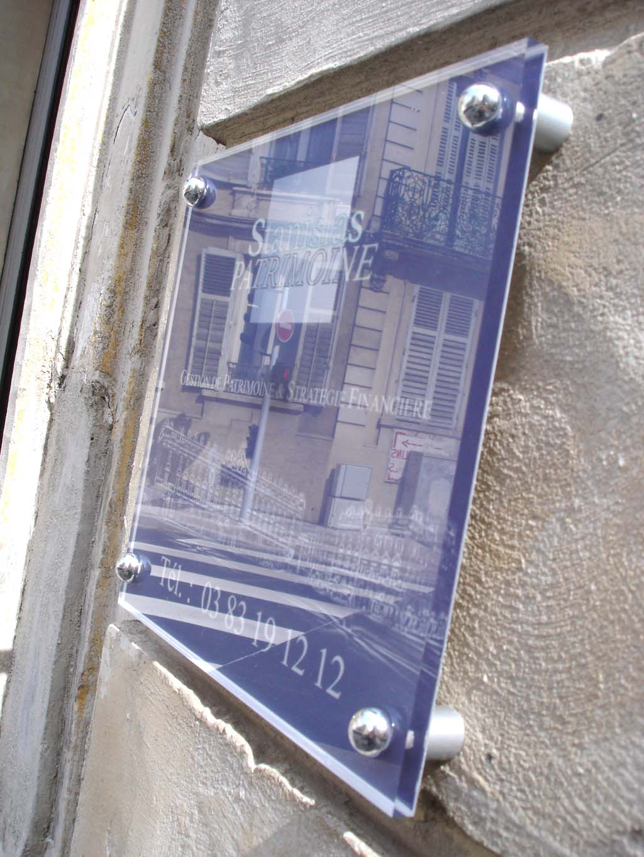 Plaque de porte en plexi avec cache vis chromés pour les cabinets
