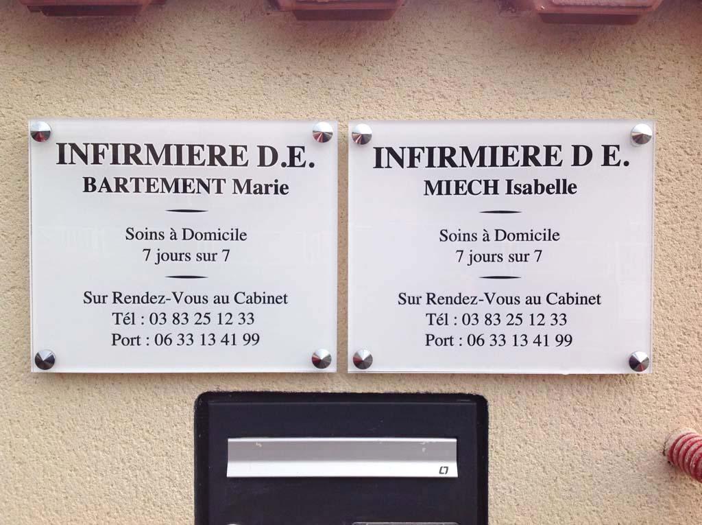 Plaque professionnelle pour cabinet médical en Altuglas épaisseur 8 MM avec chants polis. Pose en relief avec entretoises alu + cache-vis chromés