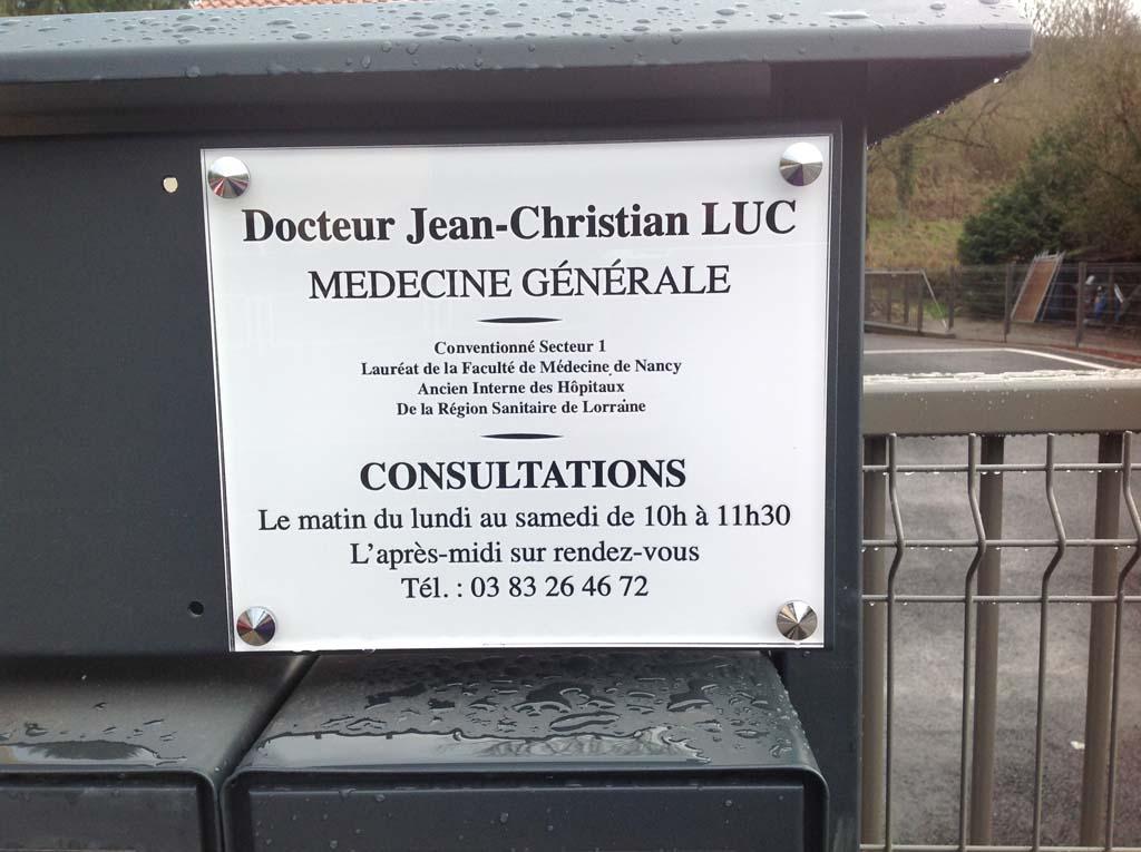 Plaque professionnelle avec visuel en adhésif contrecollé pour un cabinet de docteurs à Chavigny 54230 près de Nancy