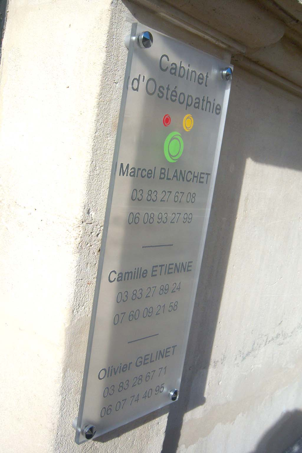 Plaque signalétique directionnelle pour commerçant, artisan, cabinet d'avocats, médecins, notaires, collectivités et administrations à Nancy 54 en Lorraine
