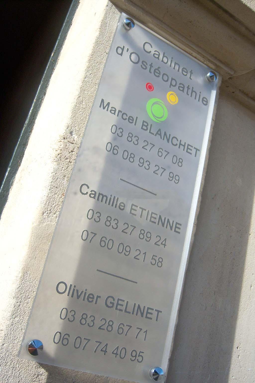 Plaque professionnelle en Altuglas incolore avec décors en adhésif découpé et face arrière en vinyle dépoli pour cabinet de médecin sur Nancy près de Essey-les-Nancy