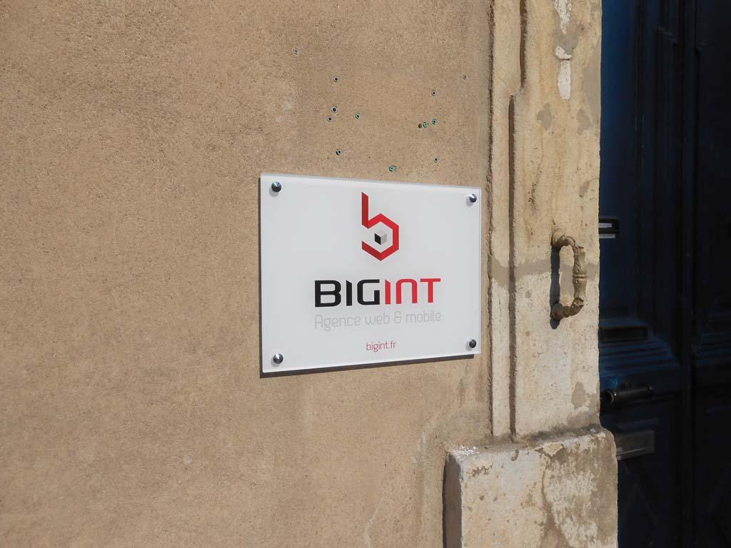 Plaque de porte en PMMA incolore épaisseur 10 MM réalisée par sign'ETIK à Nancy 54000 pour l'agence Web BIGINT