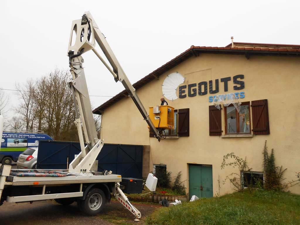 Pose d'une enseigne grand format avec nacelle sur façade bâtiment commercial à Essey-et-Maizerais !