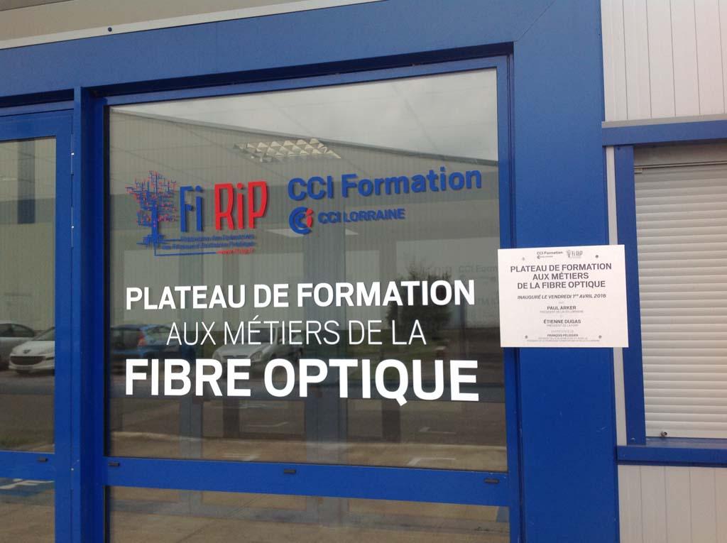 sign'ETIK - Nous posons la déco adhésive de la vitrine d'entrée du centre de formation de la CCI de Nancy basée à Tomblaine en Lorraine