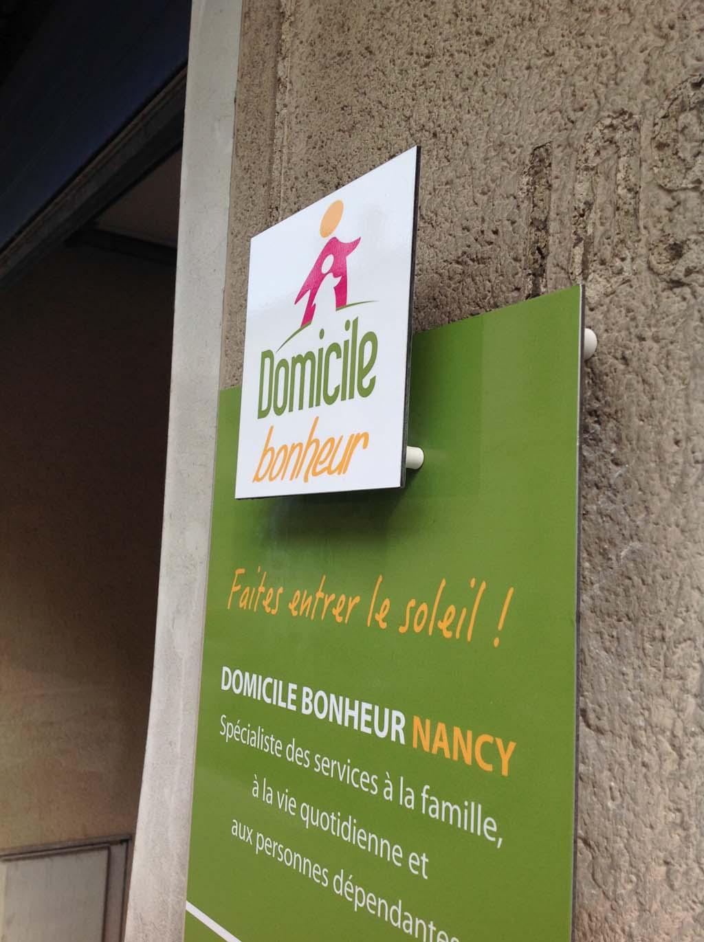 Plaque de porte imprimée posée en relief sur façade à Nancy en Meurthe et Moselle