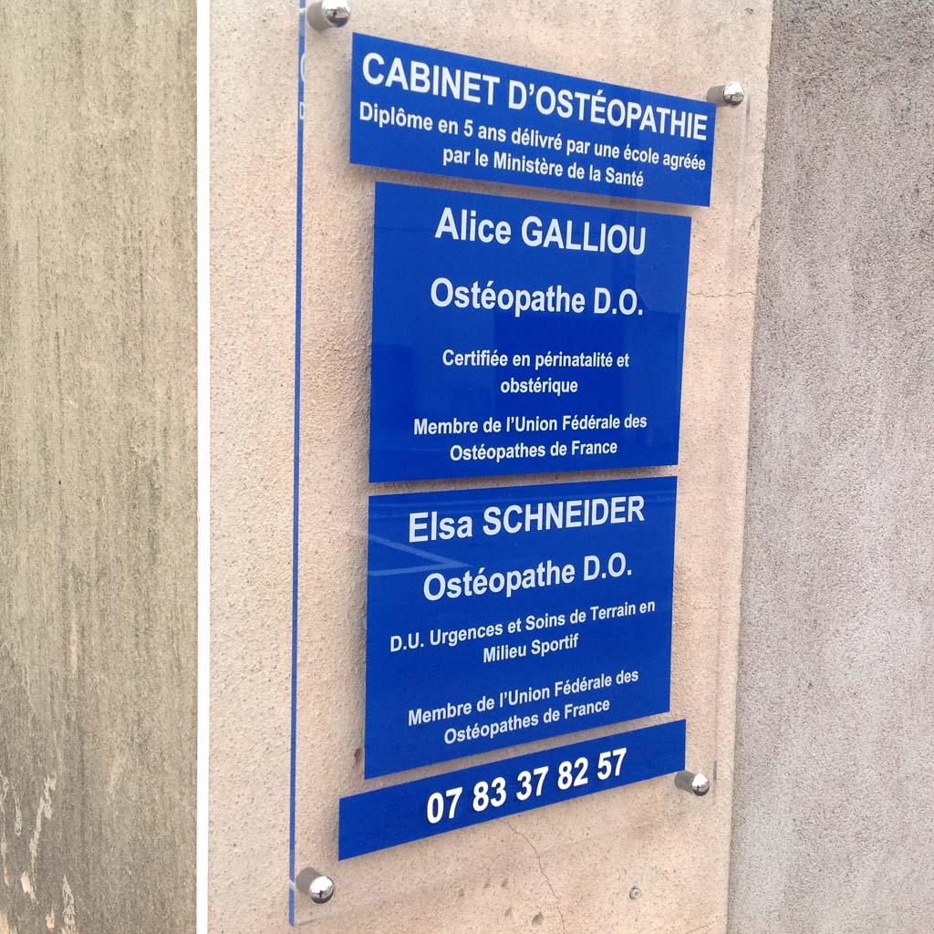 Plaque de porte pour médecins réalisée en Altuglas incolore avec chants polis et che-vis chromés sur Nancy et Villers les Nancy 54